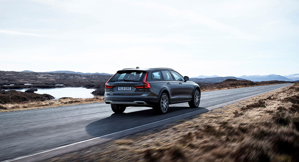 new2_volvo_v90_cross_country_driving_1800x1800